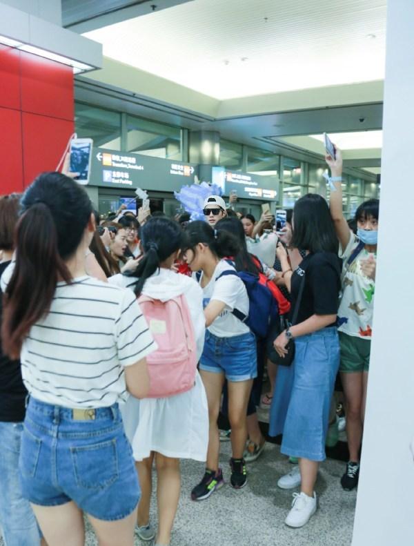 【160805】陈学冬白衣帅气亮身 粉丝机场围堵