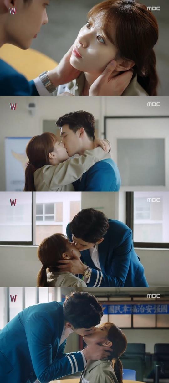 【160811】《W》创收视新高 李钟硕韩孝周甜蜜拥吻