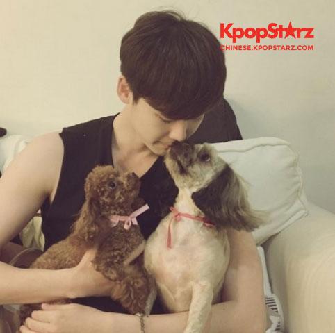 【160816】李钟硕与爱犬们亲亲的照片公开