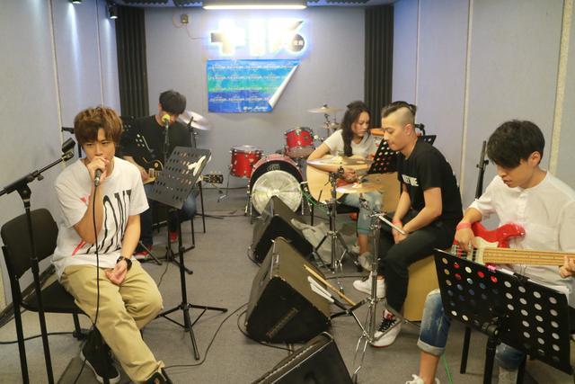 """99乐团""""粉丝节""""致敬偶像 直播平台畅玩音乐"""