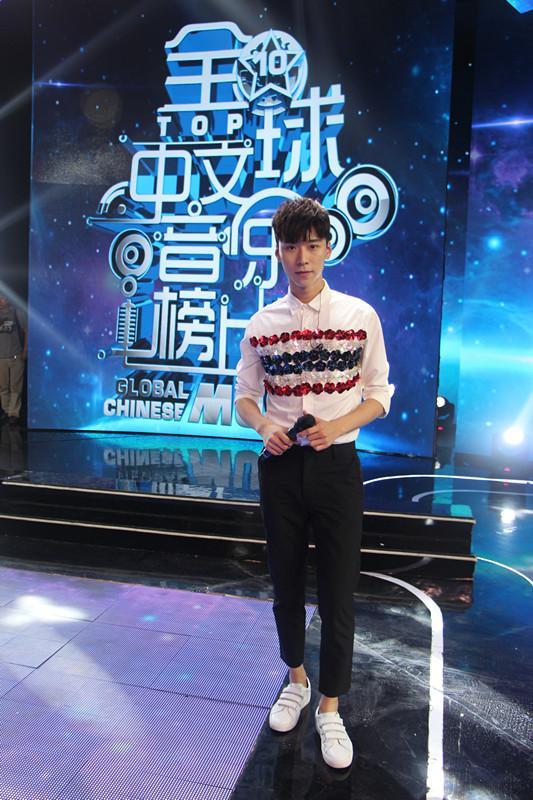 王博文《星空下的秘密》首秀 中秋佳节甜蜜献唱
