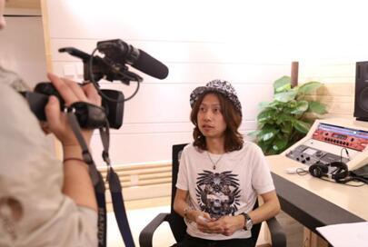 代岳东新歌《为梦而生》首发 引KBS电视台采访