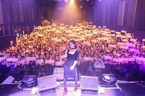 YG歌手李夏怡香港个唱 歌迷共唱生日歌
