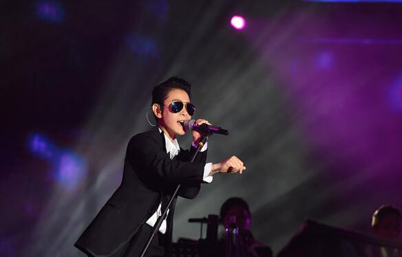 刘若英帅气中性变身 创简单生活节最大胆演唱会