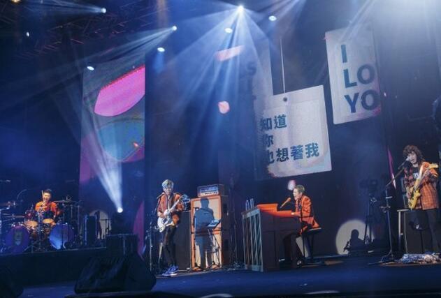 狮子合唱团举办首场演唱会 歌迷齐挥狮子大旗