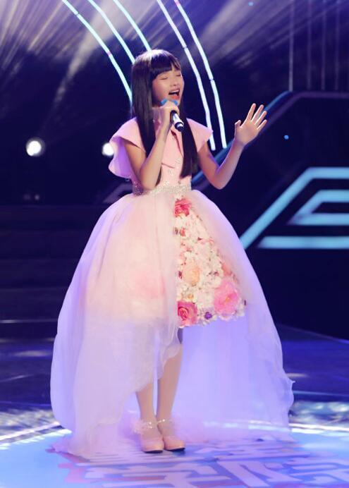 王巧亮相电视台节目 现场演唱《新的心跳》