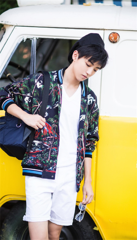 组图 王俊凯启程米兰时装周 最新街拍时髦升级图片