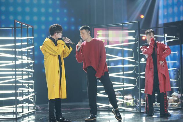 李荣浩助阵《明日之子》总决赛 舞台上强忍腰伤