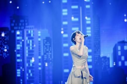 吴莫愁亮相节目献唱《噪音》 现场展真性情
