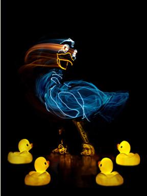 美国电光火线剧团呈现经典名著《丑小鸭》